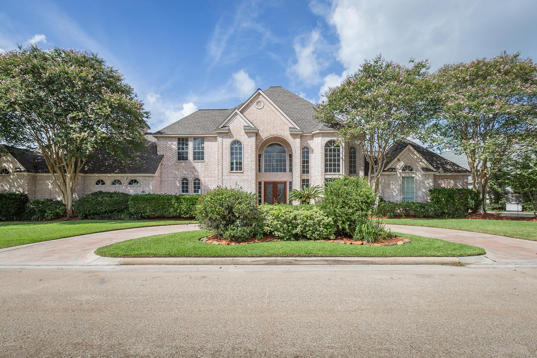 Front-exterior-of-a-custom-built-home-located-on-Lake-Conroe-architectural-photography
